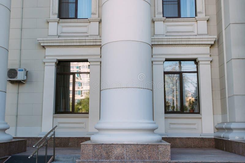 Den byggande kolonnen mellan två fönster arkivbild