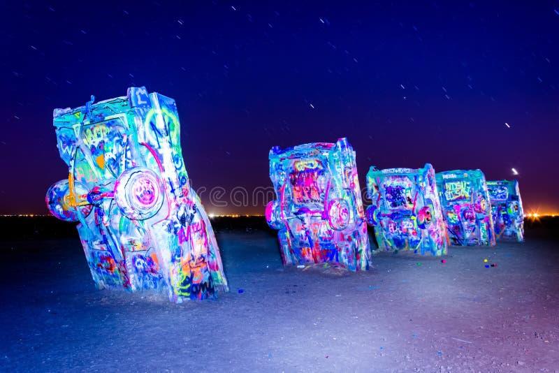 Den Cadillac ranchen på natten, längs historiska Route 66 i Amarillo fotografering för bildbyråer