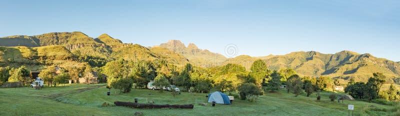 Den campa platsen på munkkåpan i Drakensbergen royaltyfri foto