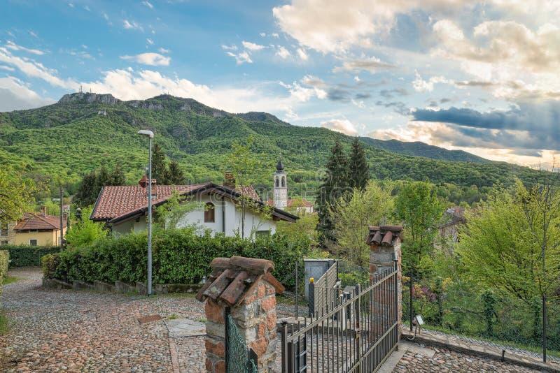Den Campo deien regionala Fiori parkerar med den Brinzio byn, nordliga Italien royaltyfria bilder
