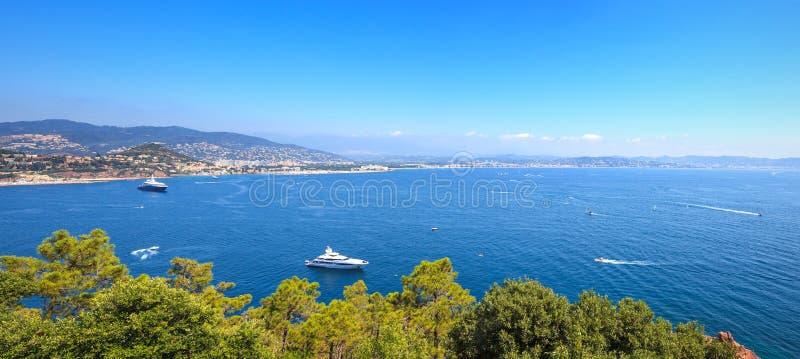 Den Cannes LaNapoule fjärden beskådar. Franskan Riviera, Azure seglar utmed kusten, Provence arkivfoto