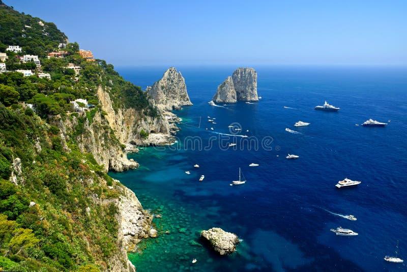 Den Capri kustsikten med Faraglioni vaggar och fartyg, Italien royaltyfri foto