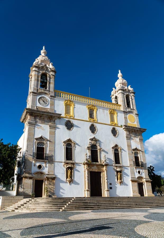 Den Carmo kyrkan Igreja g?r Carmo i Faro, Portugal - vinkelsikt royaltyfri fotografi