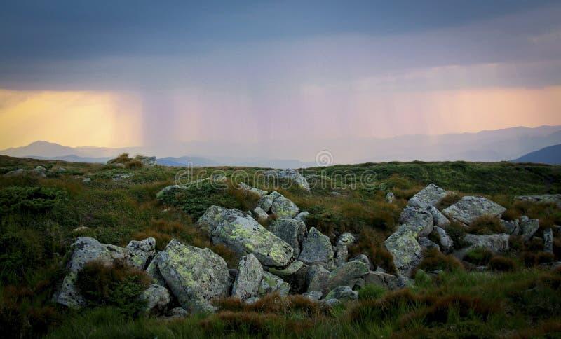 Den Carpathians regnsolen fördunklar molnmolnhimmel royaltyfria bilder