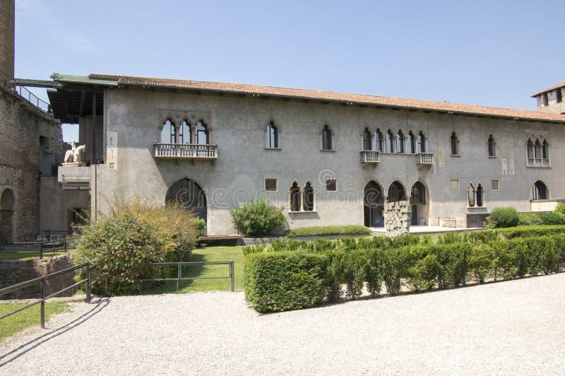 Den Castelvecchio bron stärkte bron i Veron på den Adige floden, historiskt ställe royaltyfri bild