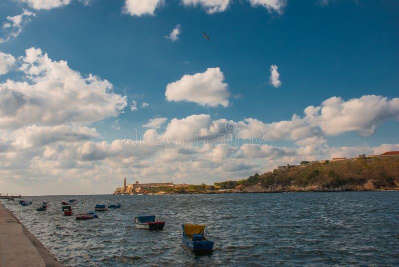 Den Castillo Del Morro fyren i havannacigarr Sikt från stranden Malecon på vattnet och fartygen Den gamla fästningKuban royaltyfri foto