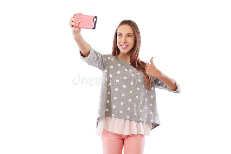 Den Caucasian flickan i gladlynt lynne gör selfiefotoet via smart royaltyfri fotografi