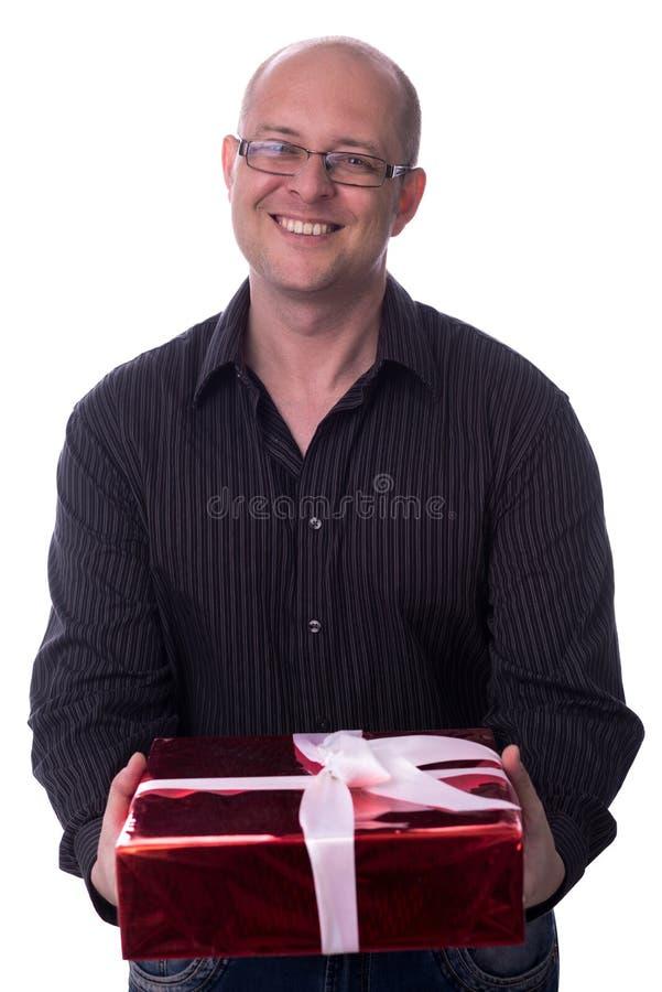 Den Caucasian grabben ger en gåva som isoleras på vit royaltyfri fotografi