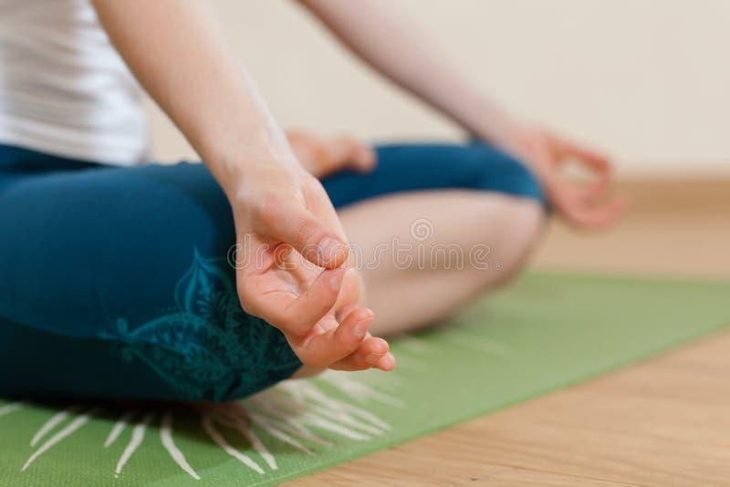 Den Caucasian kvinnan är praktiserande yoga på studion royaltyfri bild