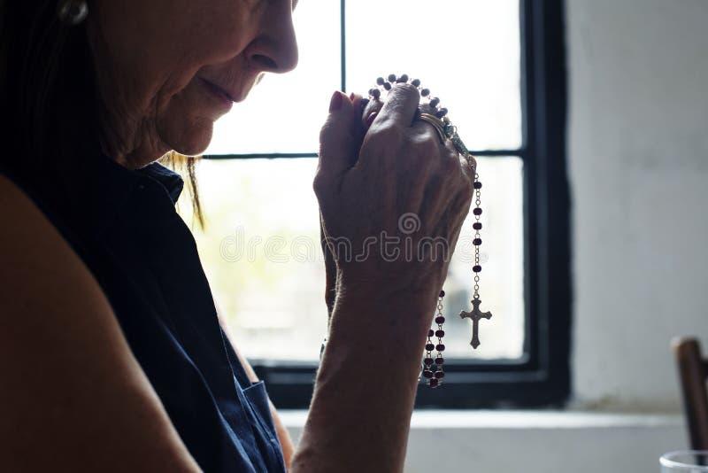 Den Caucasian kvinnan ber till guden royaltyfri foto