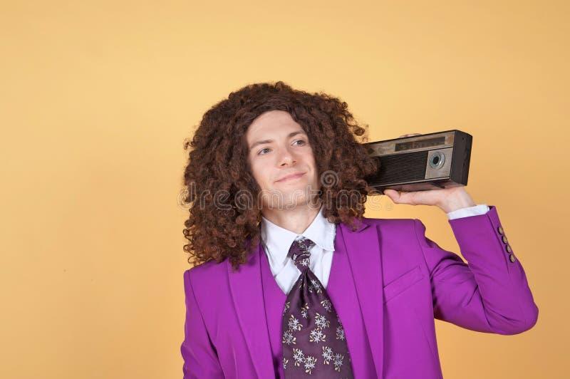 Download Den Caucasian Mannen Med Afro Bärande Lilor Passar Att Lyssna Till Musik Arkivfoto - Bild av spänning, hår: 78731846