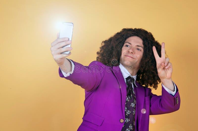 Download Den Caucasian Mannen Med Afro Bärande Lilor Passar Ta En Selfie Arkivfoto - Bild av brigham, fred: 78731268