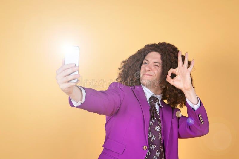 Download Den Caucasian Mannen Med Afro Bärande Lilor Passar Ta En Selfie Arkivfoto - Bild av förtroende, inställning: 78731452