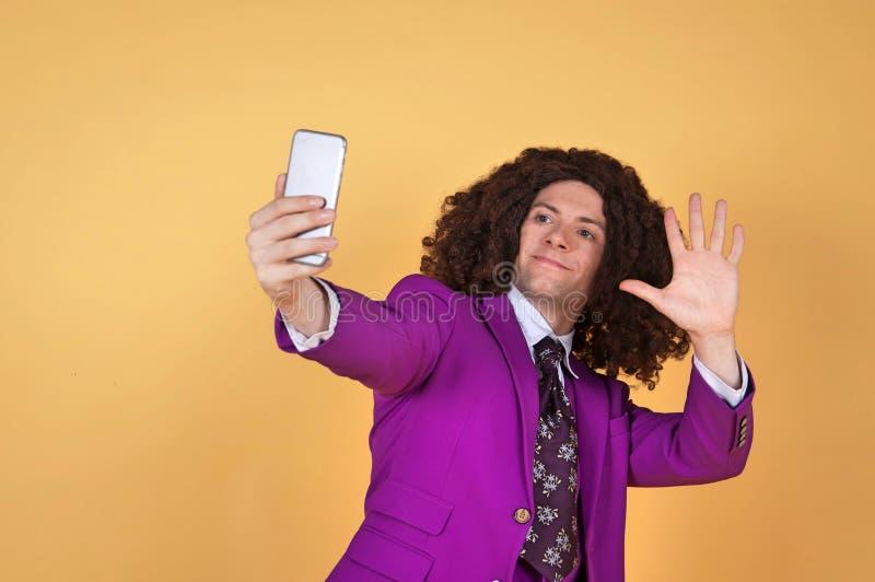 Download Den Caucasian Mannen Med Afro Bärande Lilor Passar Ta En Selfie Fotografering för Bildbyråer - Bild av roligt, spänning: 78731617