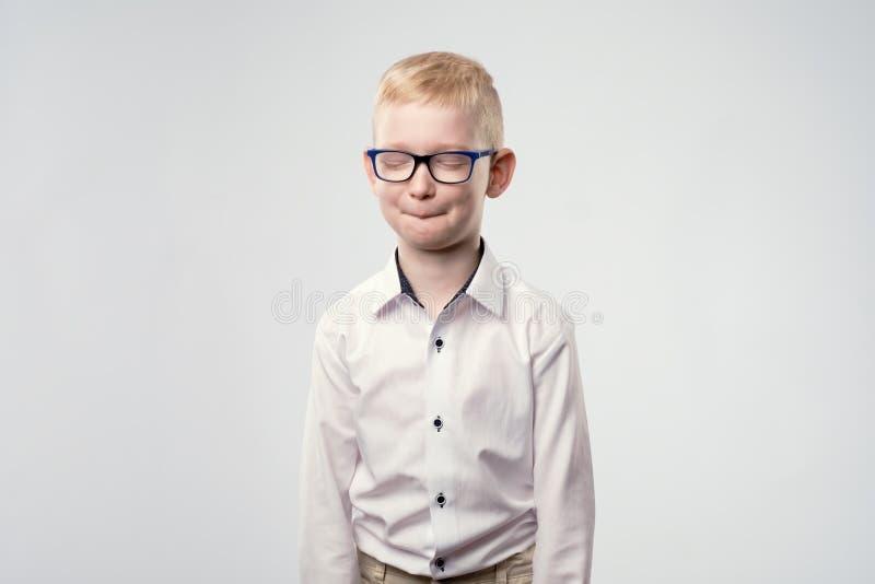 Den Caucasian pojken med tandvärkbokslut synar på grund av smärtar fotografering för bildbyråer
