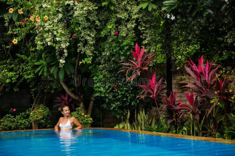 Den Caucasican kvinnan vilar i blåttpöl i vändkretsar royaltyfria foton
