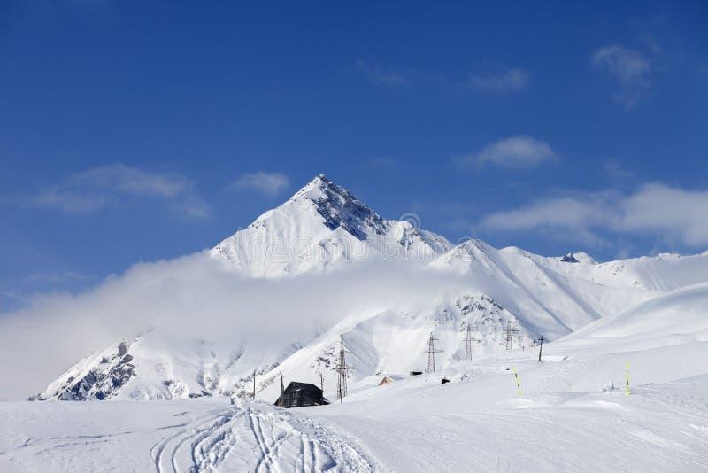 den caucasus bergsemesterorten skidar royaltyfria bilder