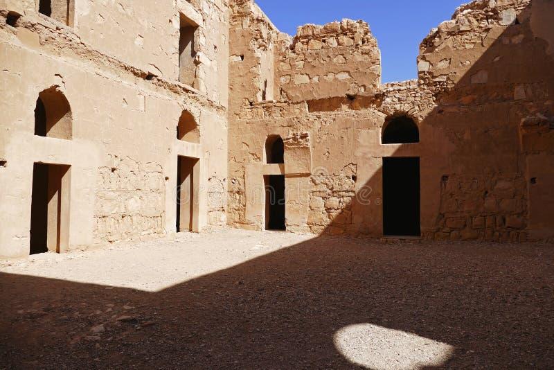 Den centrala borggården av den forntida ökenslotten fördärvar ` för `-Qasr al-Kharanah i Zarqa, Jordanien arkivbild