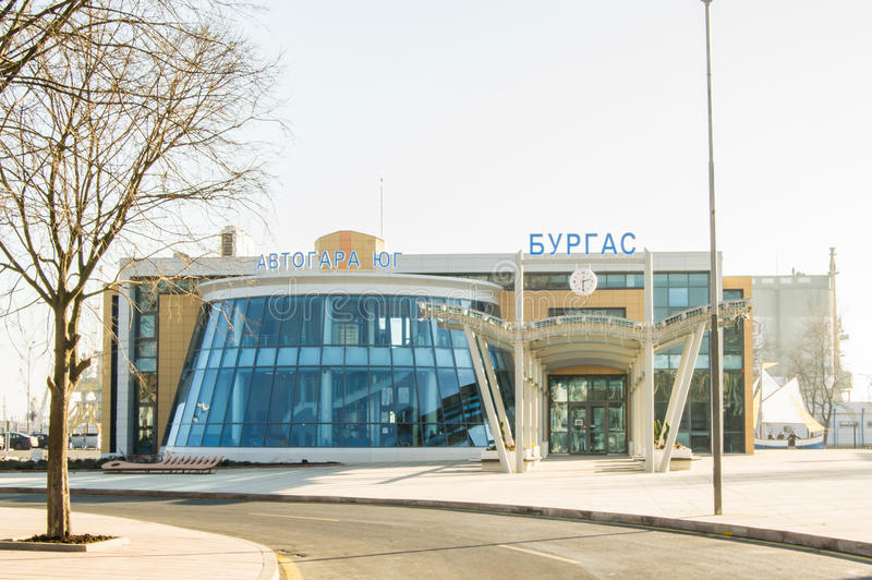 Den centrala bussstationen av staden Burgas i Bulgarien - sydligt tecken för bussstation som är skriftligt i bulgariskt språk arkivfoton