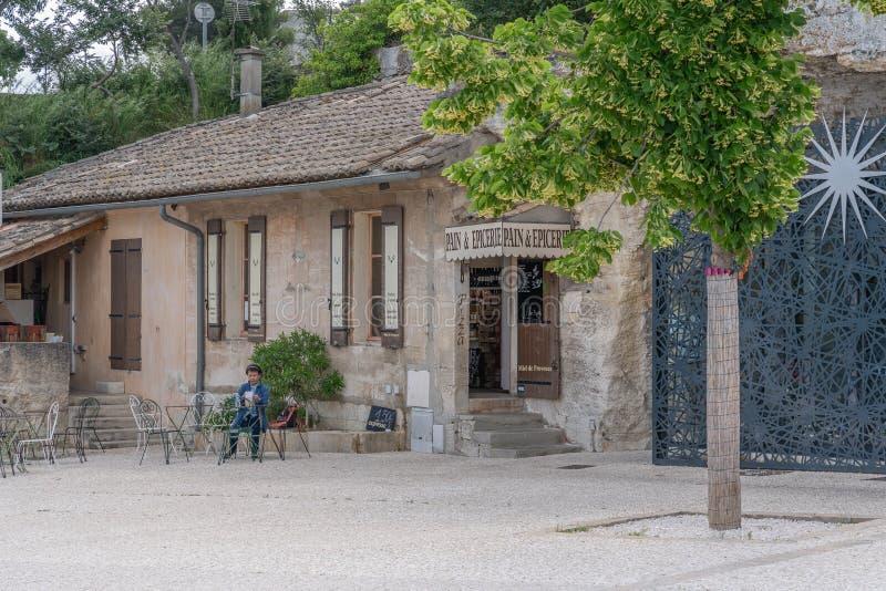 Den centrala fyrkanten av den gamla byn royaltyfri bild