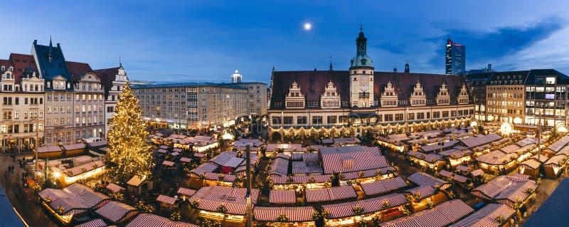 Den centrala fyrkanten av Leipzig, Tyskland, med jul marknadsför arkivfoto