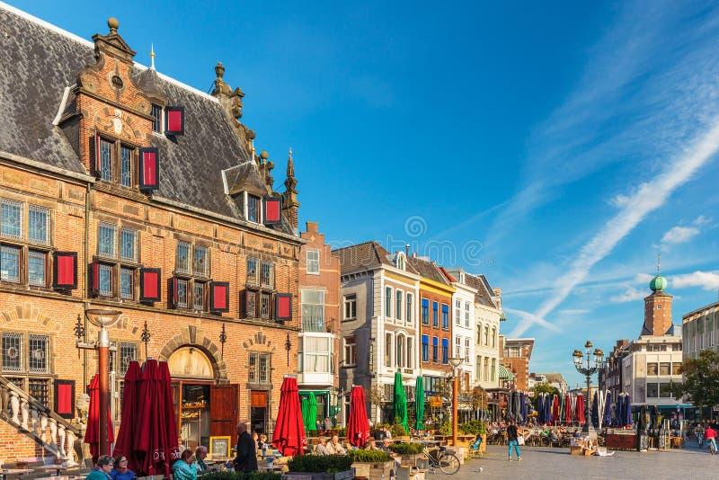 Den centrala fyrkanten i den holländska staden av Nijmegen royaltyfri fotografi