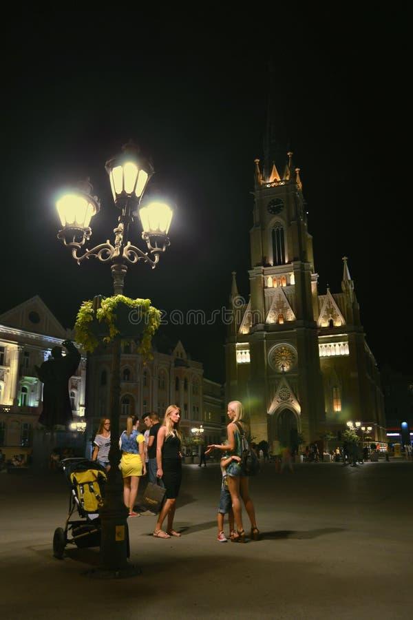 Den centrala fyrkanten i Novi Sad på natten royaltyfria bilder