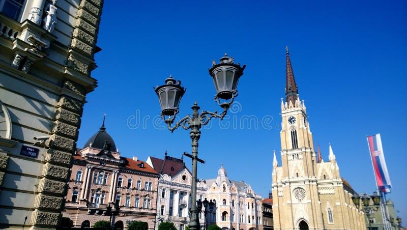 Den centrala fyrkanten i staden av Novi Sad i Serbien i klart väder royaltyfria bilder