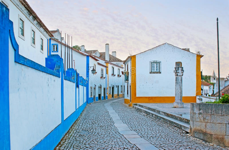 Den centrala gatan av Obidos arkivfoton