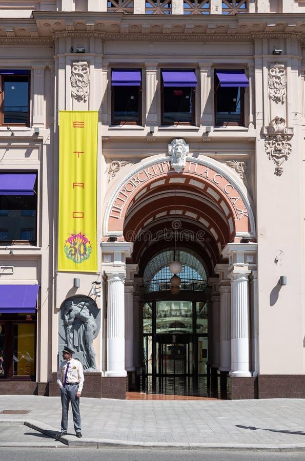 Den centrala ingången till det berömt shoppar är Peter passage I royaltyfri foto