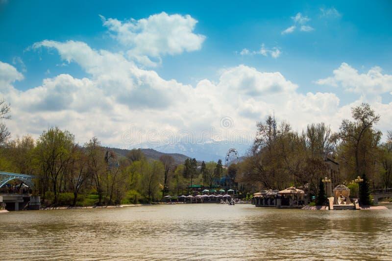 Den centrala staden parkerar, Almaty, Kasakhstan Sikt av sjön och Koken royaltyfri fotografi
