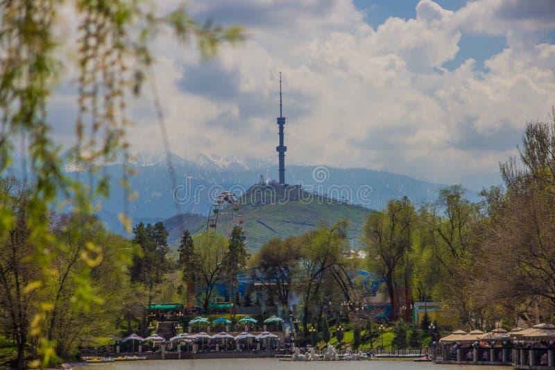 Den centrala staden parkerar, Almaty, Kasakhstan Sikt av sjön och Koken arkivbild