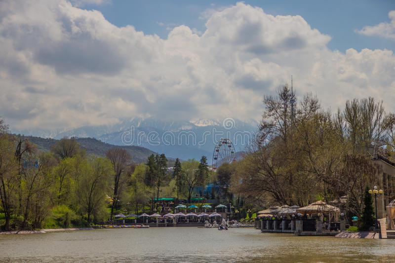 Den centrala staden parkerar, Almaty, Kasakhstan Sikt av sjön och Koken royaltyfria foton