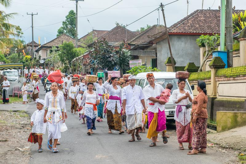 Den ceremoniella Bali byn marscherar royaltyfri bild
