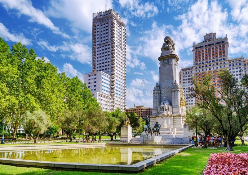 Den Cervantes monumentet, tornet av Madrid royaltyfri fotografi