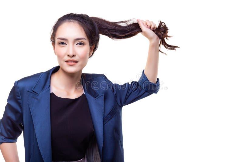 Den charmiga härliga kvinnan drar hennes långa hår för att bevisa th arkivfoton