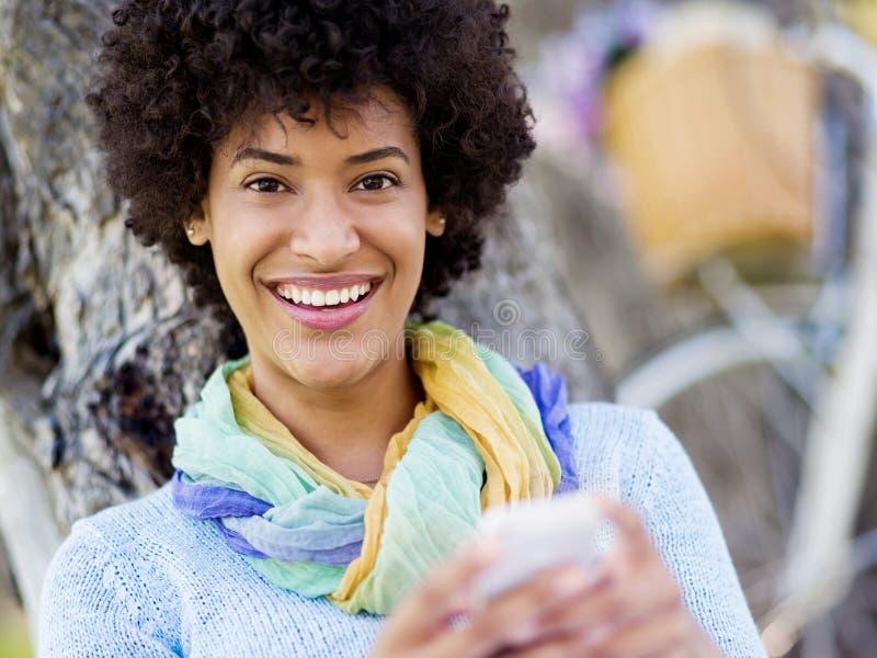 Download Den Charmiga Unga Kvinnan I Sommar Parkerar Med Mobilen Fotografering för Bildbyråer - Bild av park, stående: 78730955