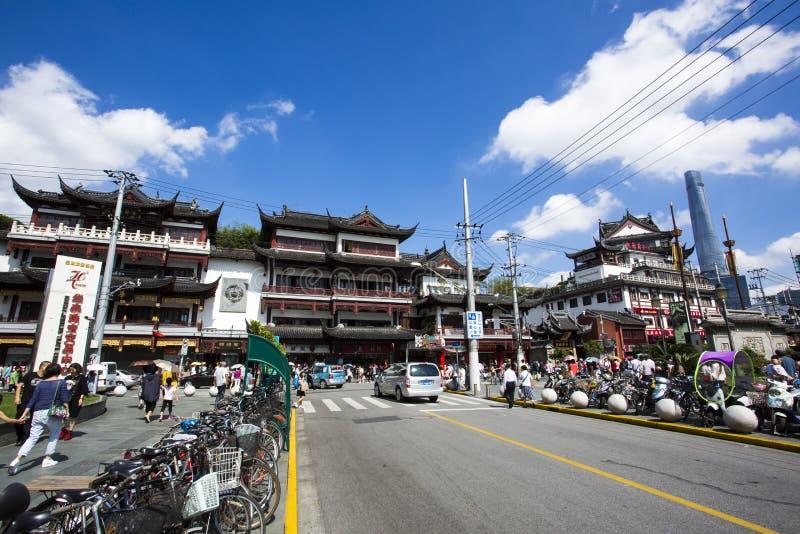 Den Chenghuangmiao gatan med handelsresande och pagoden utformar byggnader arkivbild