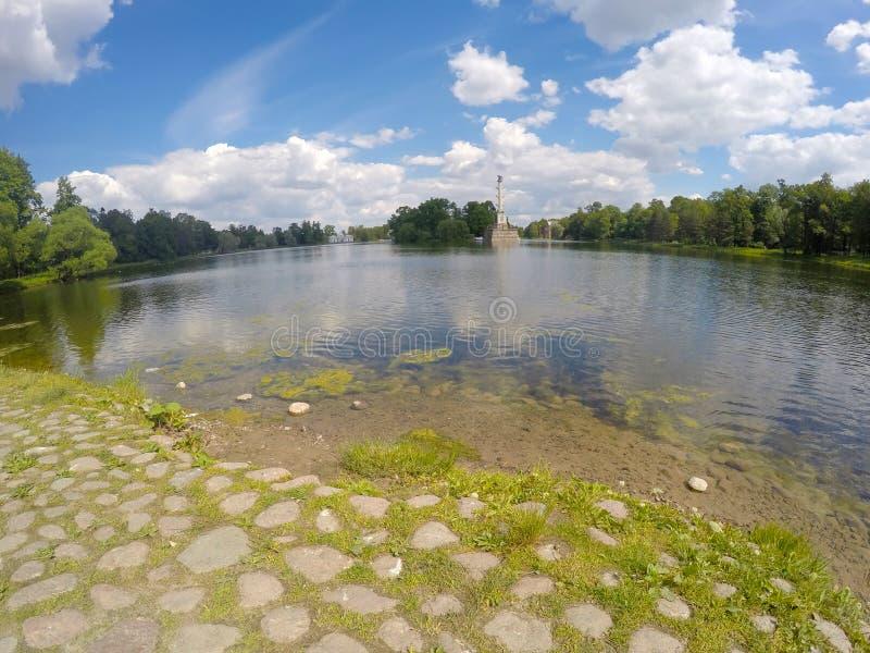 Den Chesme kolonnen 24 för petersburg för park för nobility för km för catherine besök för tsarskoye för st för center familj tid royaltyfri foto