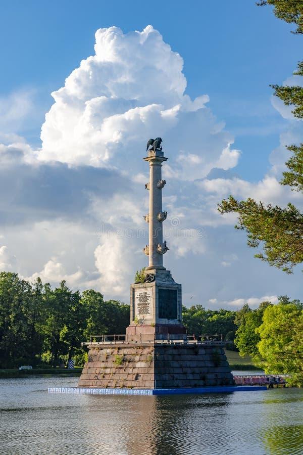 Den Chesme kolonnen på ön av det storslagna dammet i Catherine parkerar, Tsarskoe Selo Pushkin, St Petersburg, Ryssland royaltyfri fotografi