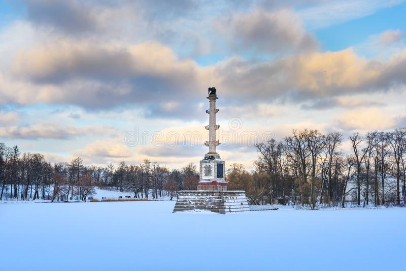 Den Chesme kolonnen på det djupfrysta stora dammet i Catherine parkerar på Tsarskoe Selo i vinter pushkin petersburg saint Ryssla arkivfoto