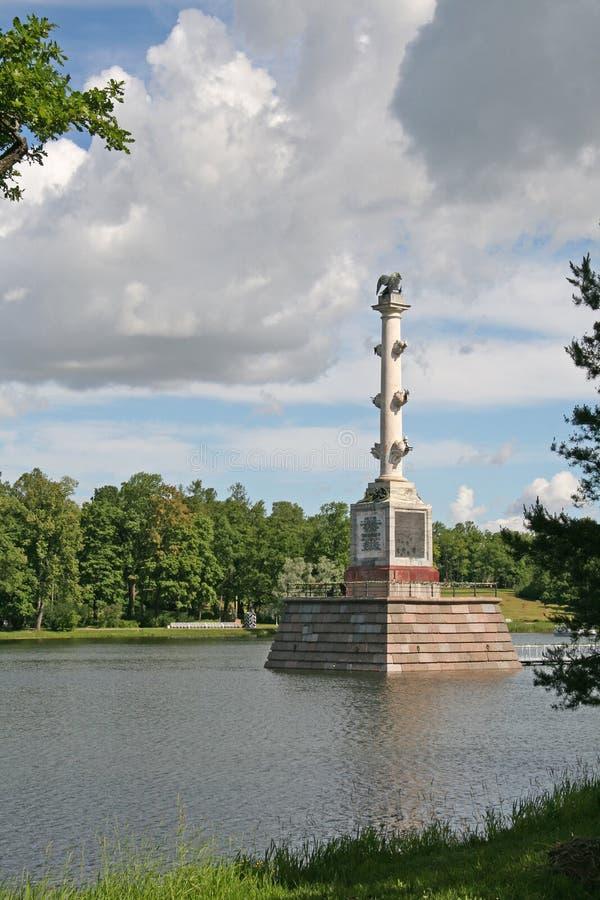 Den Chesme kolonnen på det stora dammet i Catherine Park, TSARSKOYE SELO, RYSSLAND arkivfoto