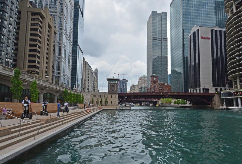 Den Chicago polisen rider på Segways på Riverwalk royaltyfri foto