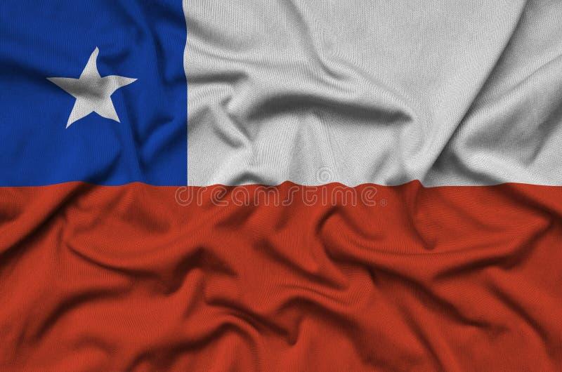 Den Chile flaggan visas på ett sporttorkduketyg med många veck Baner för sportlag arkivfoton