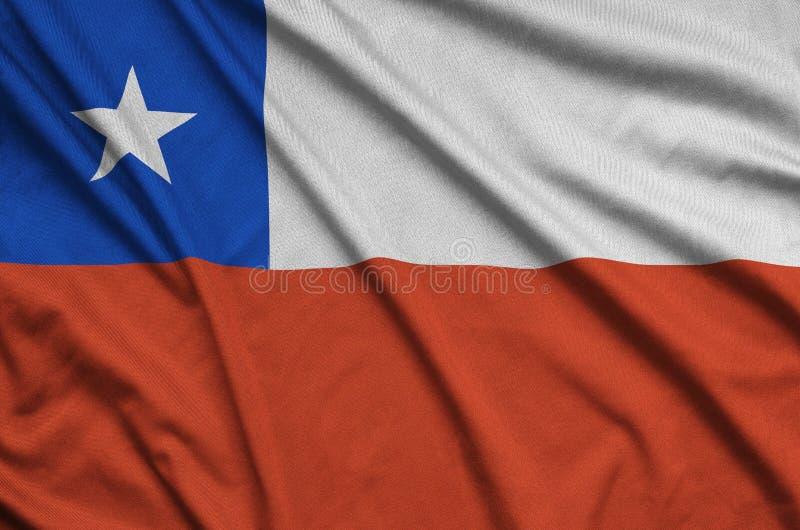 Den Chile flaggan visas på ett sporttorkduketyg med många veck Baner för sportlag royaltyfria foton