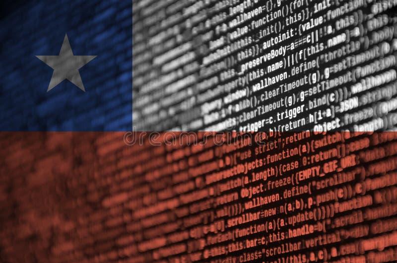 Den Chile flaggan visas på skärmen med programkoden Begreppet av modern teknologi- och platsutveckling arkivfoto
