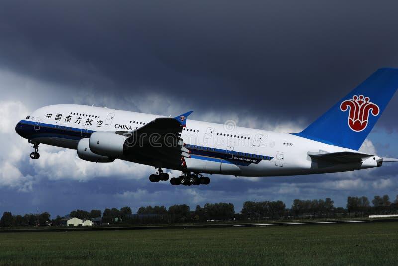 Den China Southern Airlines A380 strålen tog av från den Schiphol flygplatsen, AMS arkivfoton