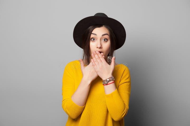 Den chockade flickan täcker hennes mun royaltyfri fotografi