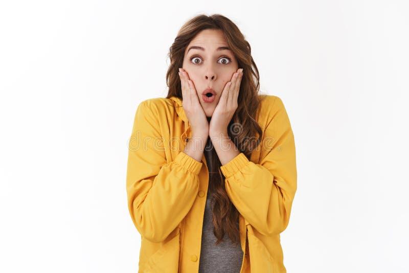 Den chockade snacksaliga känslobetonade flickan bedövade att undra överraskande rykte hör att oerhörd nyheterna stirrar kameravik royaltyfri foto