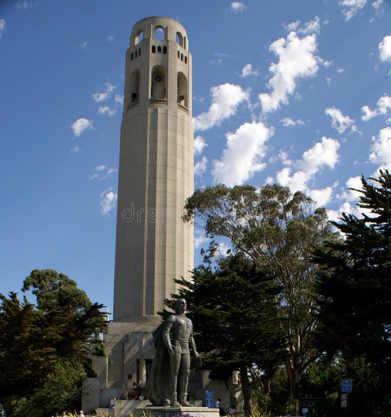 Den Christopher Columbus statyn och det Coit tornet i banbrytare parkerar, SFO, Kalifornien arkivbild
